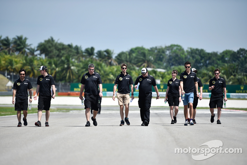 Romain Grosjean, Lotus F1 Team, beim Trackwalk