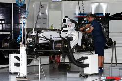 Williams FW37 собирают в гараже