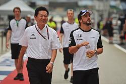Руководитель Honda Motorsport Ясухиса Араи и Фернандо Алонсо, McLaren