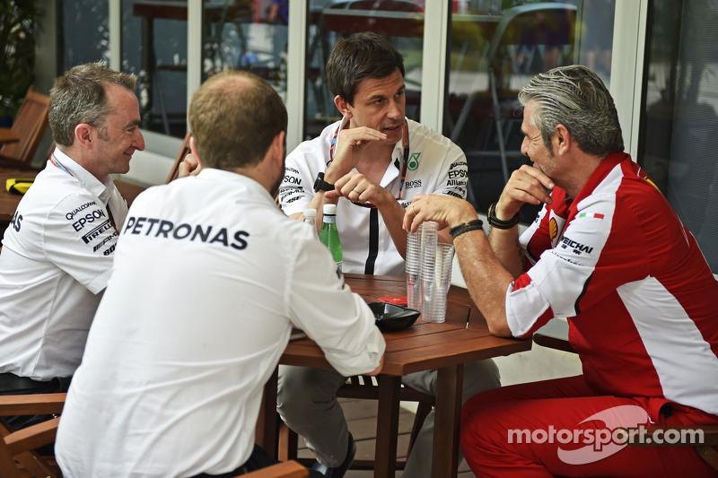 (从左到右)帕迪·洛维,梅赛德斯AMG车队执行总监,和托托·沃尔夫,梅赛德斯AMG车队股东和执行总监,和马奥里奇·阿德里巴贝内,法拉利领队