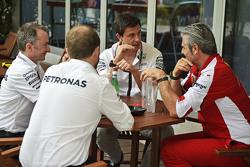 (Von links nach rechts): Paddy Lowe, Teamchef Mercedes AMG F1, mit Toto Wolff, Mercedes-Sportchef, und Maurizio Arrivabene, Ferrari-Teamchef