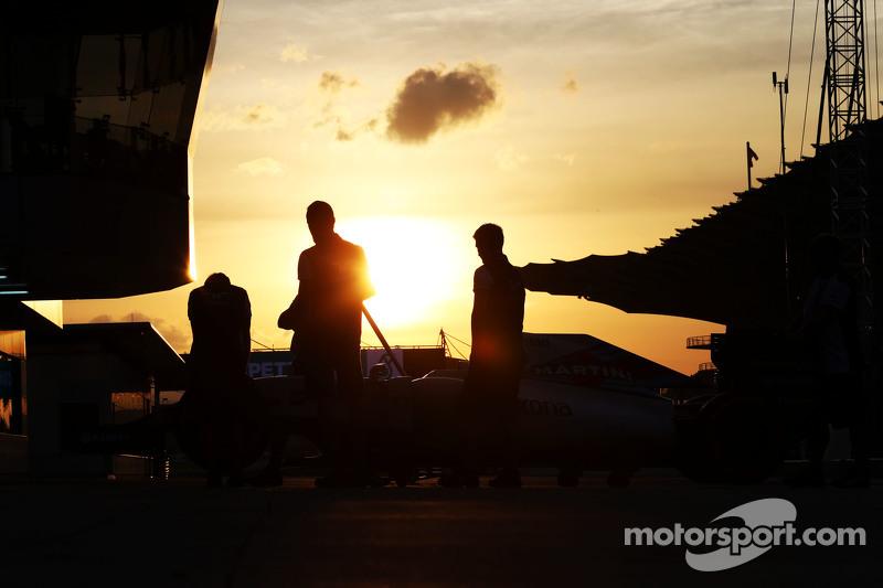 Williams FW37 di scruitneering di sunrise