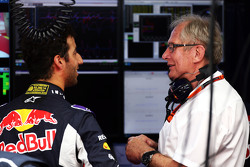 (De izquierda a derecha): Daniel Ricciardo, Red Bull Racing con el Dr. Helmut Marko, Red Bull Motorsport Consultor