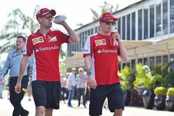 (Von links nach rechts): Sebastian Vettel, Ferrari, mit Teamkollege Kimi Räikkönen, Ferrari