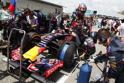 Daniil Kvyat, Red Bull Racing RB11 en la parrilla