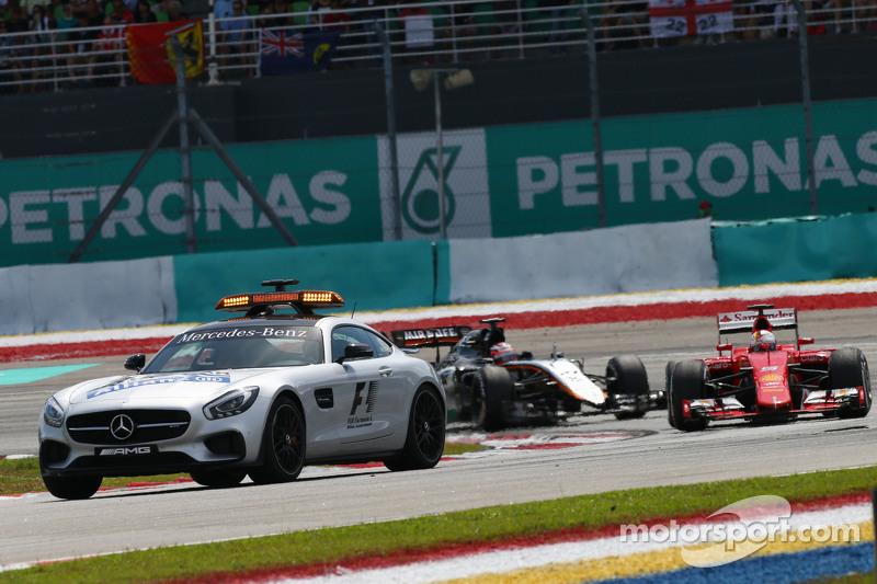 Sebastian Vettel, Ferrari SF15-T va detrás del coche de seguridad de la FIA