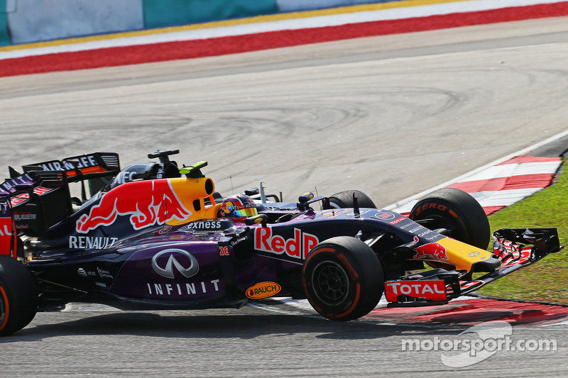 Daniil Kvyat, Red Bull Racing RB11 y Nico Hulkenberg, Sahara Force India F1 VJM08 chocan
