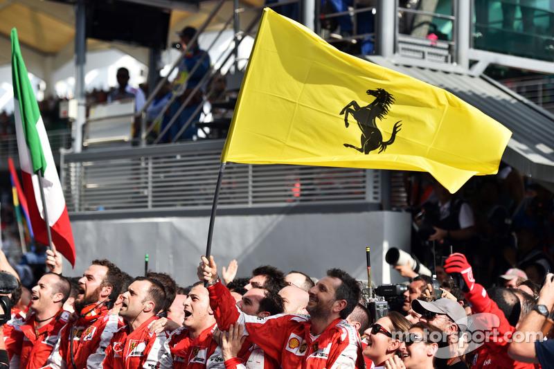 Ferrari celebra su victoria en el podio
