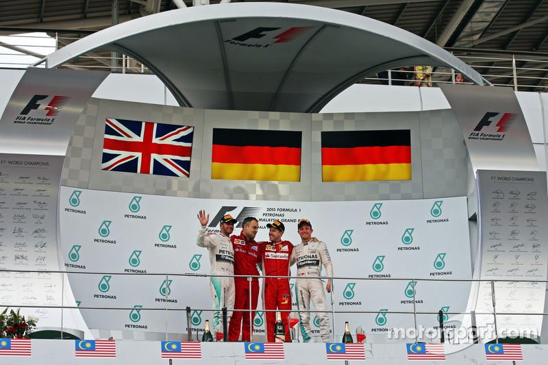 El podio, Mercedes AMG F1, segundo; Diego Ioverno, Ferrari Director de Operaciones; Sebastian Vettel, Ferrari, ganador de la carrera; Nico Rosberg, de Mercedes AMG F1, tercero
