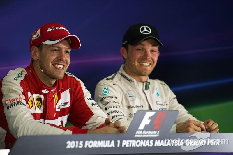 (Kiri ke Kanan): Race winner Sebastian Vettel, Ferrari dan Nico Rosberg, Mercedes AMG F1 dalam Konfe