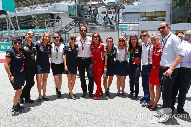 Matteo Bonciani, FIA Media Delegate bersama team Press Officers di grid
