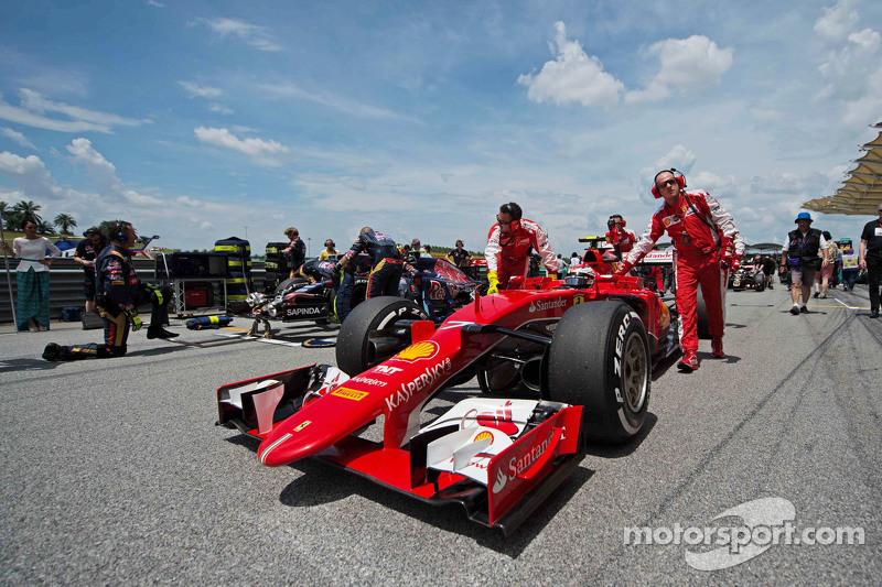 Kimi Raikkonen, Ferrari SF15-T en la parrilla