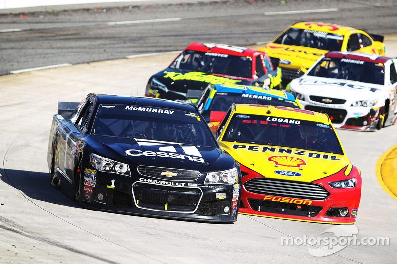 Jamie McMurray, Ganassi Racing Chevrolet, Joey Logano, Team Penske Ford
