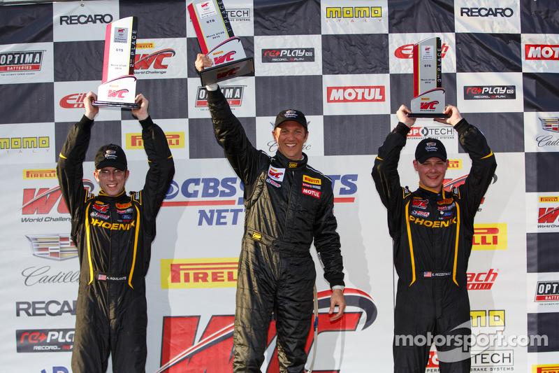 Podio: Segundo lugar Andrew Aquilante, ganador de la carrera Spencer Pumpelly y tercero Kurt Rezzet