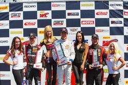 GTA подиум: второе место - Майкл Льюис, победитель гонки - Франк Монте и третье место - Энрике Сиснерос