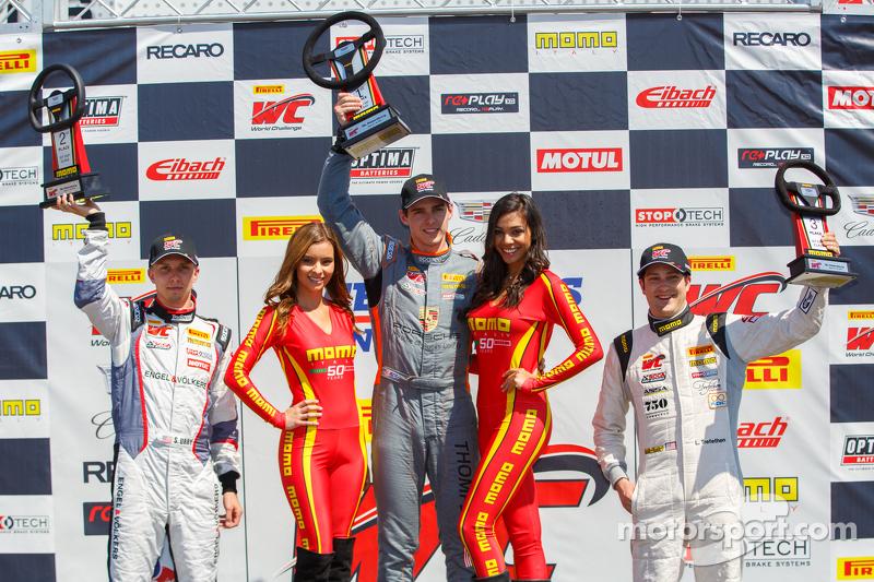 Copa GT podio: Segundo lugar Sloan Urry, ganador de la carrera Colin Thompson y tercer clasificado,