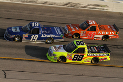 Tyler Reddick, Brad Keselowski Racing, Ford; Matt Crafton, ThorSport Racing, Toyota, und Daniel Suar