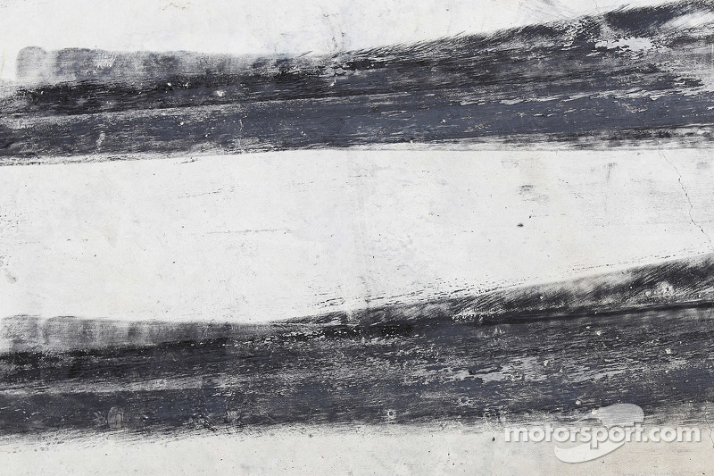 El caucho de los neumáticos en el pit lane