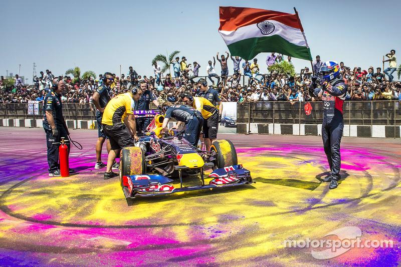 David Coulthard, Red Bull Racing con la bandera de la India durante Red Bull Showrun en el Necklace