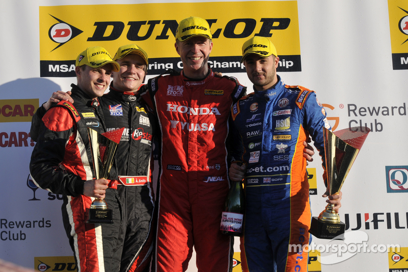 3. Lauf, Podium: 1. Matt Neal, 2. Jack Goff, 3. Aron Smith, und 1. JST, Mike Bushell