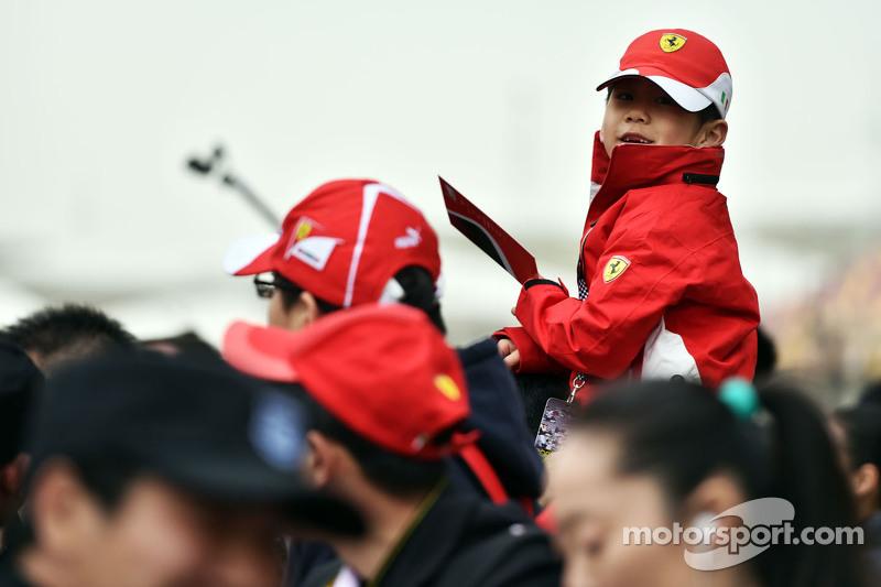Un joven fanático de Ferrari
