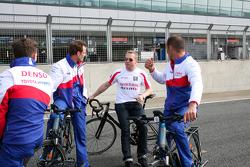 Chris Hoy discute avec Alexander Wurz, Stéphane Sarrazin et Mike Conway