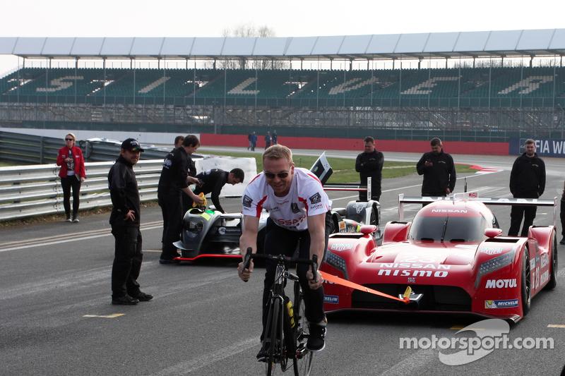 Chris Hoy menarik mobil Nissan LMP1