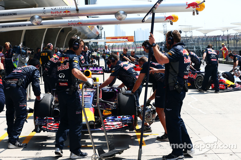 Daniel Ricciardo, Red Bull Racing RB11 dan Daniil Kvyat, Red Bull Racing RB11 di pit