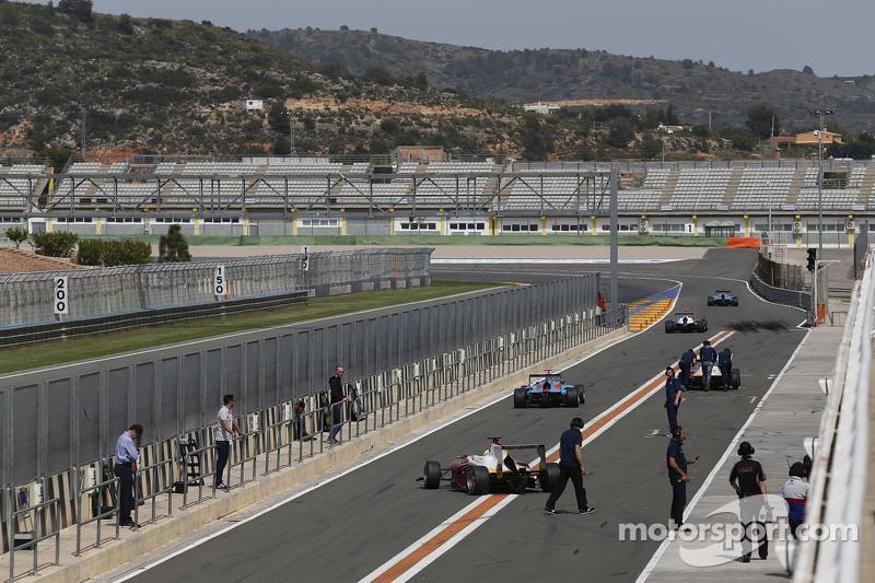 Mobil-mobil meninggalkan pit lane