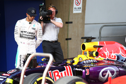 Lewis Hamilton, Mercedes AMG F1 looking di Red Bull