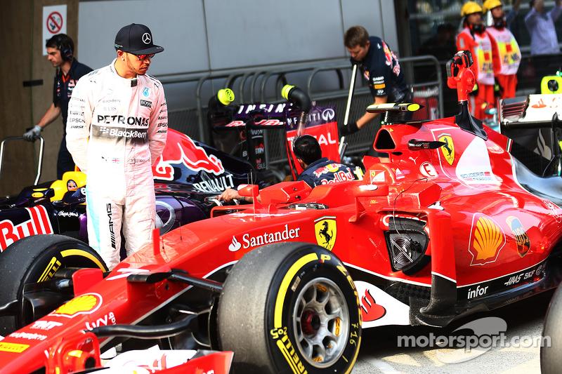 Lewis Hamilton, Mercedes AMG F1, sieht sich den Ferrari an