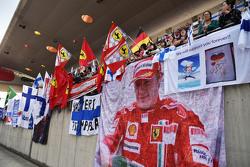 Fans dan spanduk-spanduk di grandstand