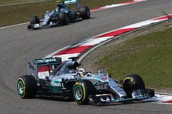 Lewis Hamilton, Mercedes AMG F1 W06 delante de su compañero de equipo Nico Rosberg, de Mercedes AMG F1 W06