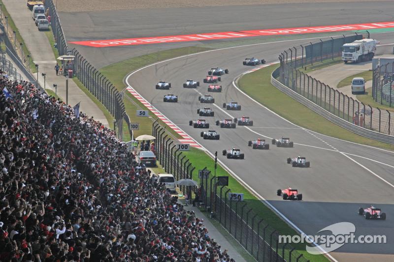 Льюіс Хемілтон, Mercedes AMG F1 W06, лідирує на початку гонки