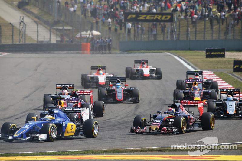 Max Verstappen, Scuderia Toro Rosso STR10 ve Marcus Ericsson, Sauber C34 yarışın startında