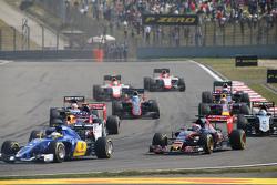 Max Verstappen, Scuderia Toro Rosso STR10 et Marcus Ericsson, Sauber C34 au départ