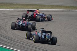 Даниил Квят, Red Bull Racing RB11 едет впереди Даниэля Риккардо, Red Bull Racing RB11 и Фернандо Ало