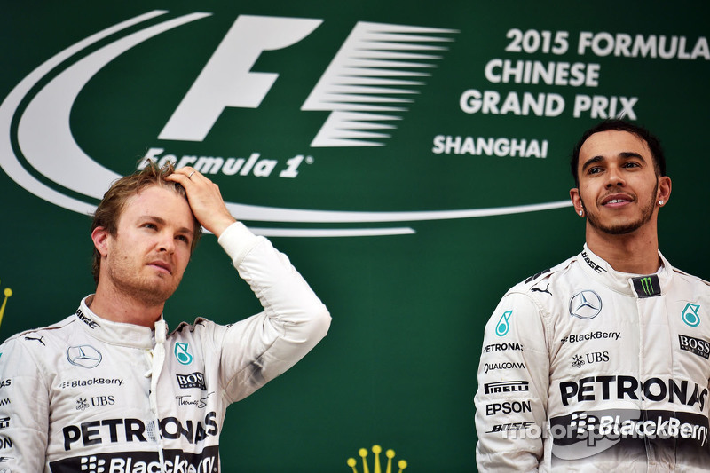 podium: peringkat kedua Nico Rosberg Mercedes AMG F1 bersama juara balapan Lewis Hamilton Mercedes A
