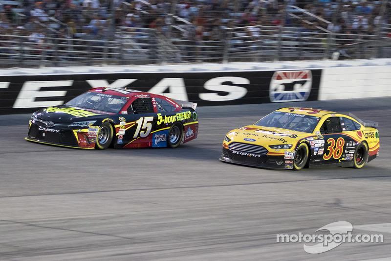 Клінт Бойєр, Michael Waltrip Racing Toyota та Девід Гілланд , Front Row Motorsports Ford