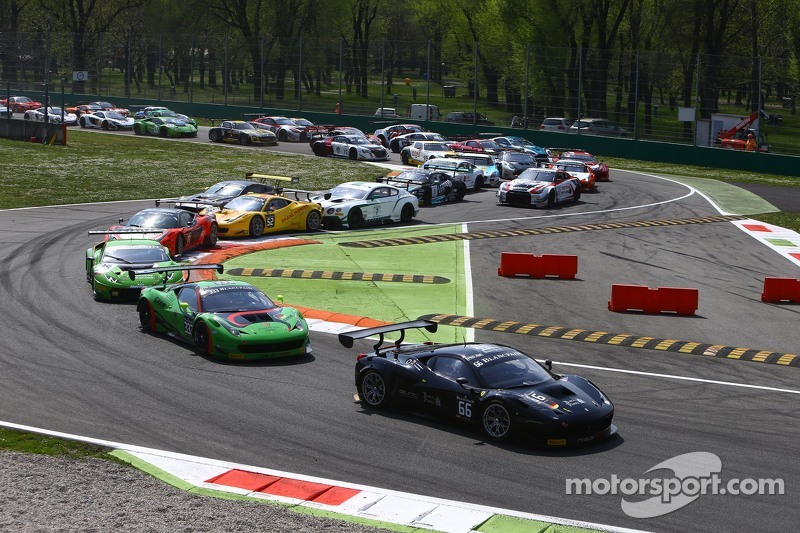 Start: #66 Black Pearl Racing by Rinaldi Ferrari 458 Italia: Steve Parrow, Pierre Kaffer memimpin