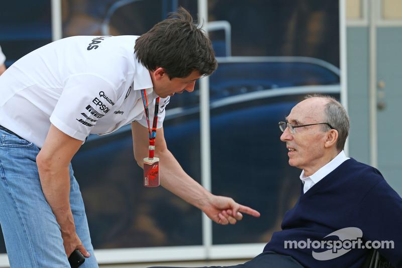 (从左到右)托托·沃尔夫,梅赛德斯AMG车队股东和执行总监,和弗兰克·威廉姆斯,威廉姆斯车队老板