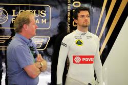 Jolyon Palmer, Lotus F1 Team test- en reservecoureur, met zijn vader Jonathan Palmer,