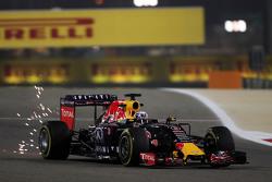 Daniel Ricciardo, Red Bull Racing RB11 mengeluarkan percikan api