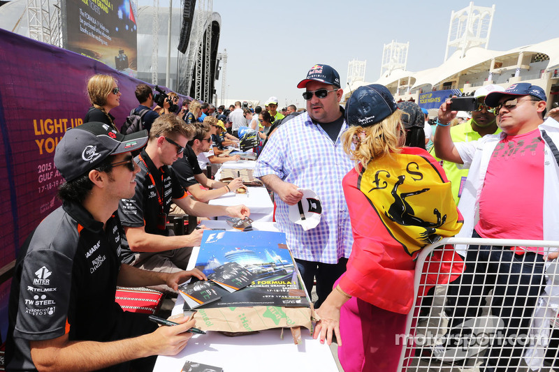 Sergio Perez dan Nico Hulkenberg, Sahara Force India F1 sign autographs for fans