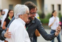Bernie Ecclestone mengambil foto selfie