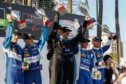 Podium: 2. #90 VisitFlorida.com Racing, Corvette DP: Richard Westbrook, Michael Valiante; 1. #10 Wayne Taylor Racing, Corvette DP: Ricky Taylor, Jordan Taylor, und 3. #01 Chip Ganassi Ford/Riley: Scott Pruett, Joey Hand