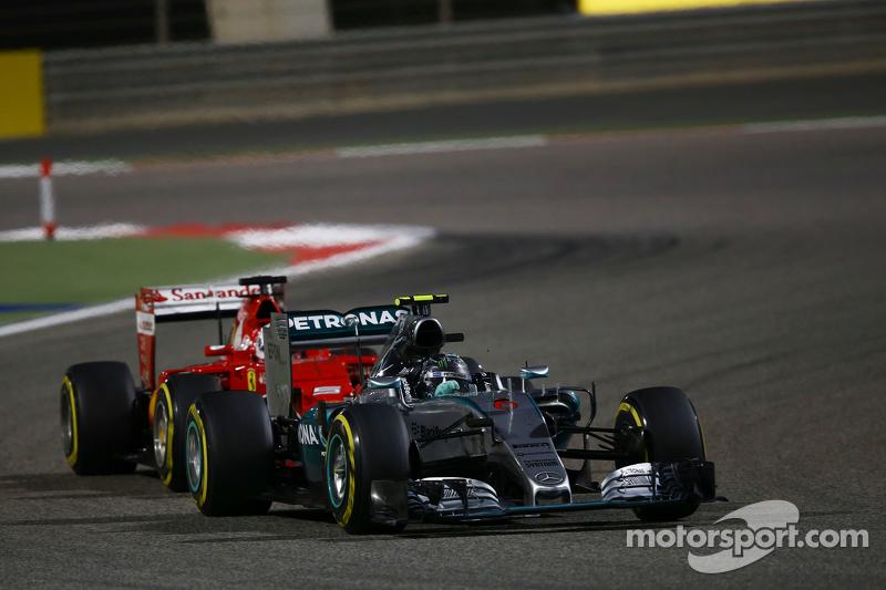 Nico Rosberg, Mercedes AMG F1 W06, vor Sebastian Vettel, Ferrari SF15-T