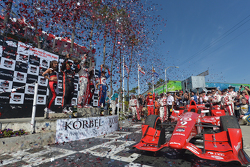 Podium: 1. Scott Dixon, Chip Ganassi Racing, Chevrolet; 2. Helio Castroneves, Team Penske, Chevrolet, und 3. Juan Pablo Montoya, Team Penske, Chevrolet