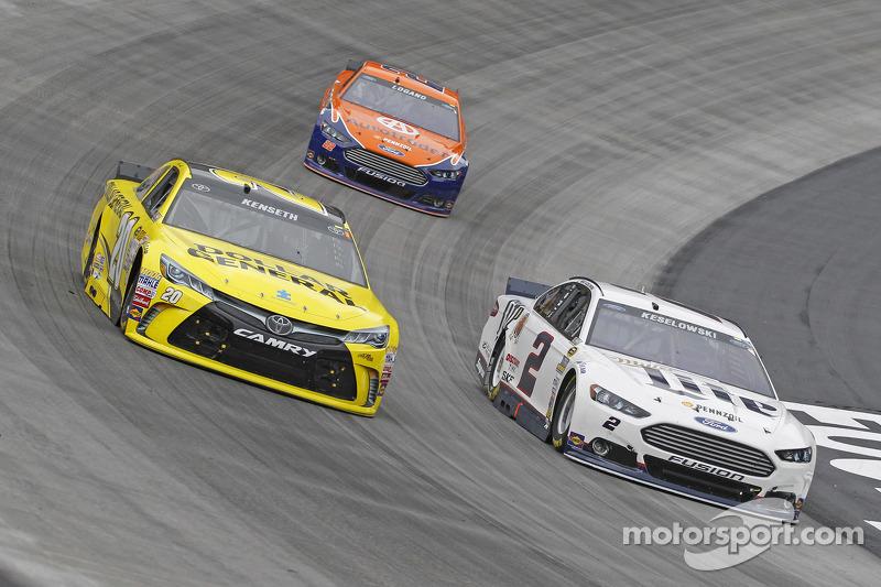 Matt Kenseth, Joe Gibbs Racing, Toyota, und Brad Keselowski, Team Penske, Ford