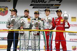 第二场比赛领奖台: 第二名Janneau Esmeijer;获胜者Marvin Dienst, HTP青年车队;第三名Ralf Aron;新人获胜者周冠宇, Prema Powerteam